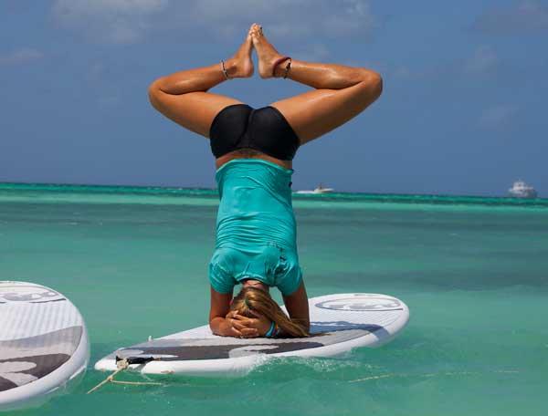 Svenska Rachel Brathén har yogaklasser i SUB - yoga ute på havet.