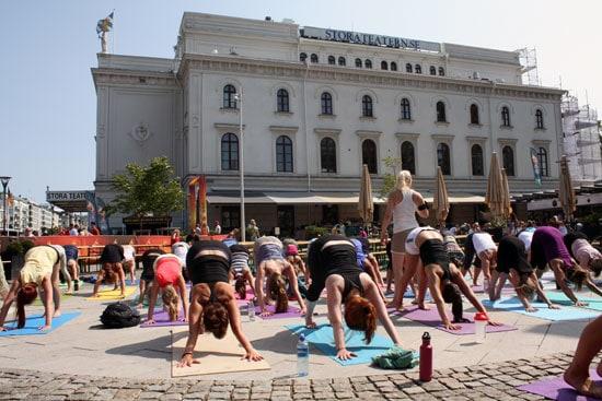 Yoga utanför Storan i Göteborg en het sommardag.