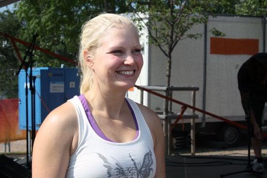 Dagens yogalärare Milla Floryd svarar på frågor efter yogaklassen.