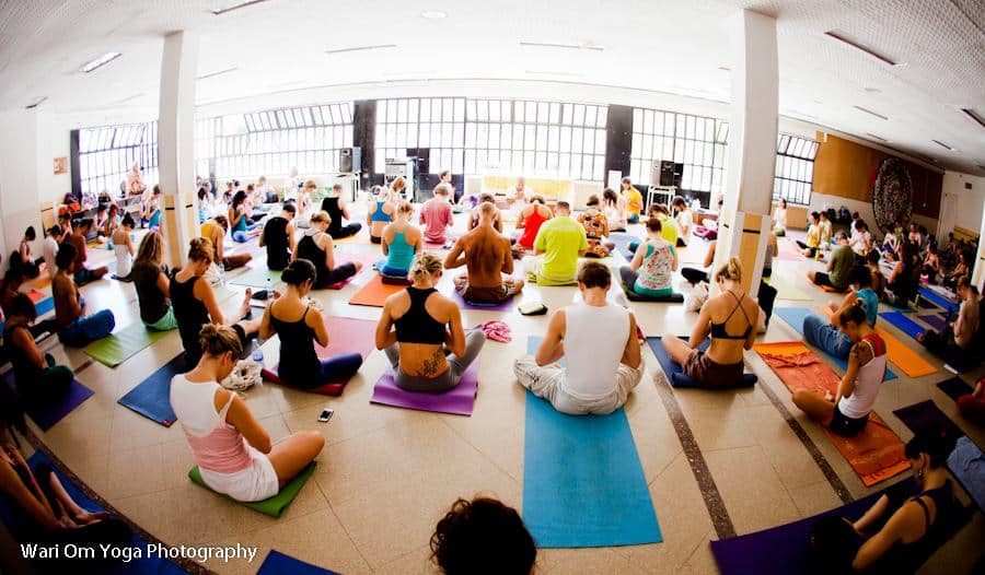 Meditativt på Barcelona yoga conference. Foto: Wari Om Yoga Photography.