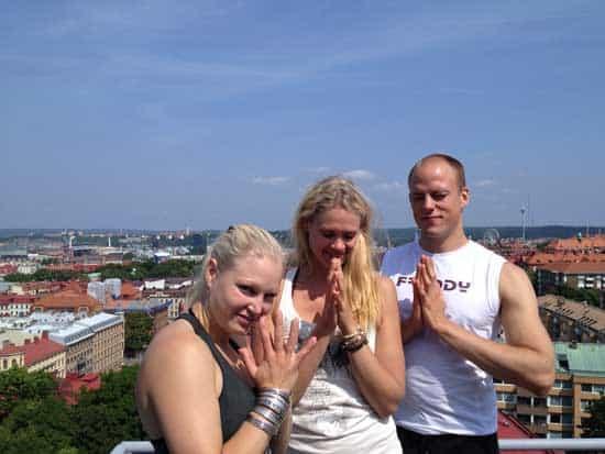 Milla Floryd, Caroline M Smith och Erik Myrberg laddar dig med yoga inför helgen.