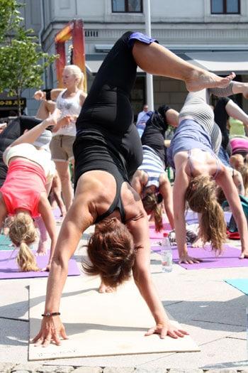Med yoga kan man hitta lugnet inom sig vart som helst.