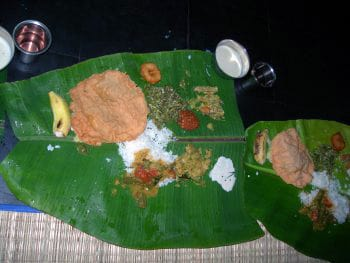Fest i ashramet på palmblad.