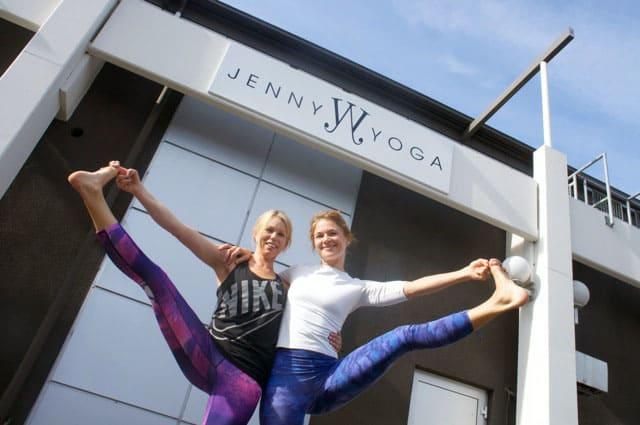 Yogaläraren Jenny har öppnat en yogastudio i Mölnlycke.