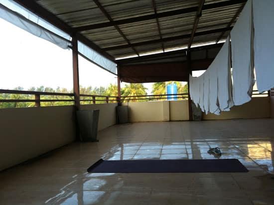 Min yogamatta utlagd vid hotellets tvätt i Thailand.