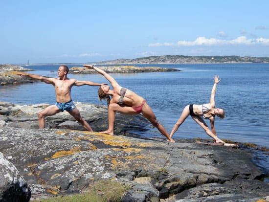 Erik, läkare och utbildad yogalärare, Caroline, hälsocoach och utbildad yogalärare och Milla, akrobat och utbildad yogalärare.