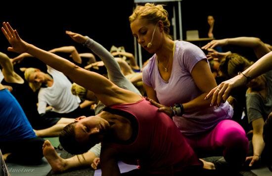 Yogaläraren Johanna Andersson justerar