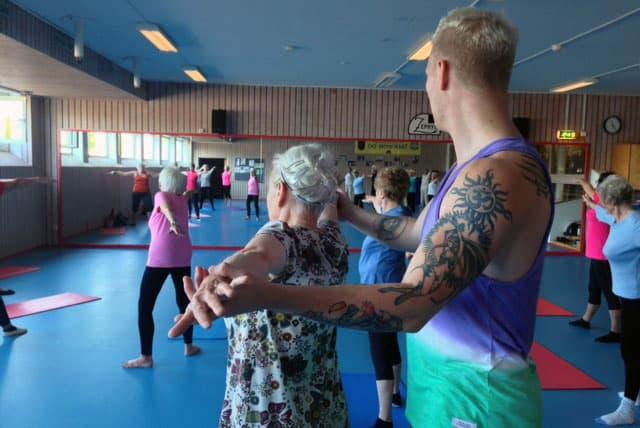 Yoga med pensionärer till hip hop