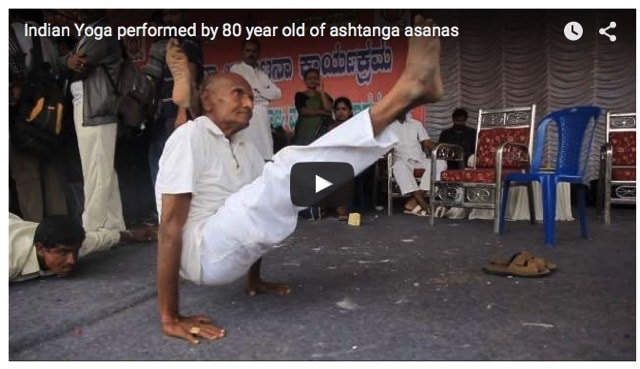 Inspirerande 80-åring som yogar