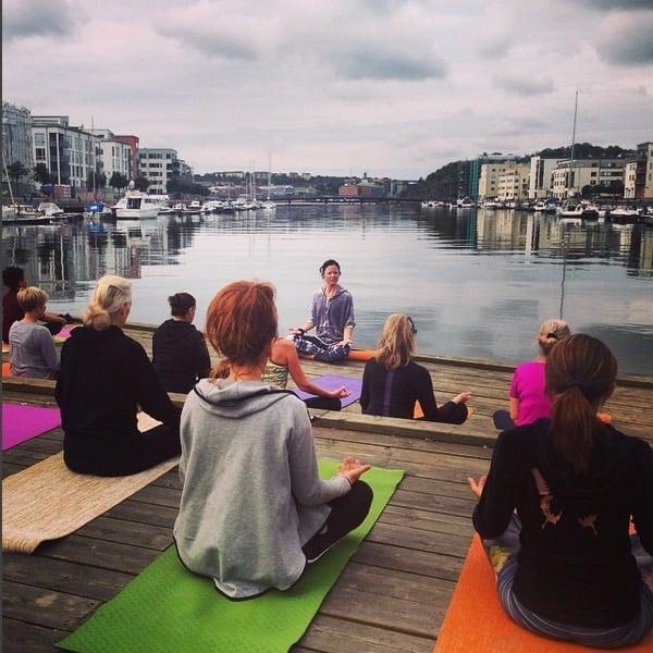 Yogaläraren Mariell håller yoga utanför Hagabadet i Göteborg
