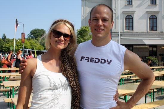 På scenen demostrerade yogalärarna Caroline M. Smith och Erik Myrberg (Fråga läkaren här på alltomyoga.se).