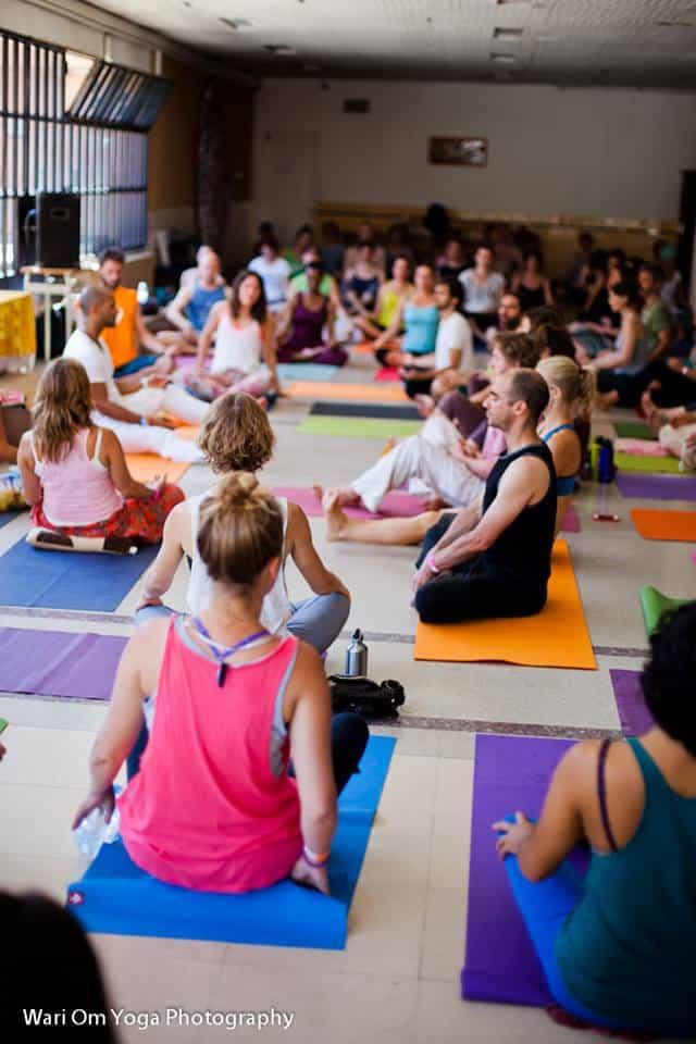 Härligt med musik på yogaklassen. Foto: Wari Om Yoga Photography.