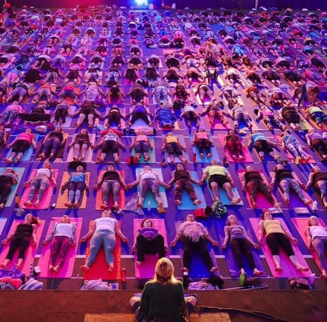 Yoga girl ledde en yogaklass för 900 deltagare i sin hemstad Uppsala.Foto: lånad från Yoga Girls Instagramkonto