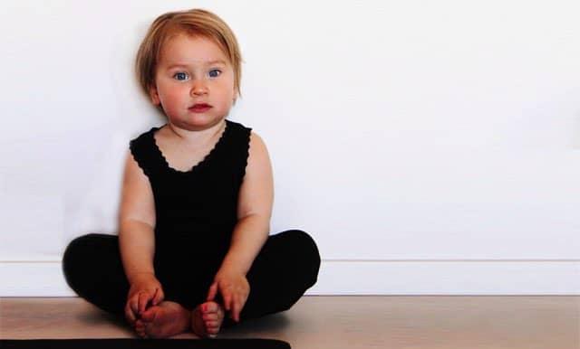 7 tips på hur du få till att yoga hemma med barnen