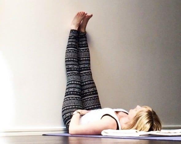 Yogaläraren Maria Forslund i Viparita Karani